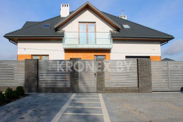 дом с горизонтальным металлическим забором юта